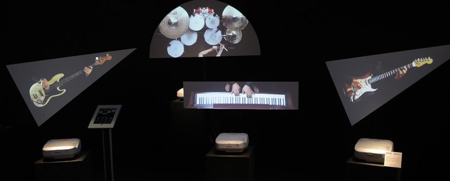Projectors Rock Show è il format di video mapping che Dooh.it ha presentato nel Rock Café di Viscom Italia 2016.